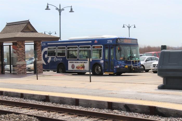 Pace_2774_Metra_train_replacement_service_Grayslake_Metra_Station.JPG